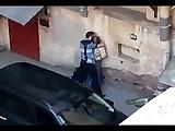 Flagra de casal dando uma foda gostosa atrás do carro na rua