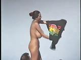 Um tesão de mulher peitudona na praia toda pelada