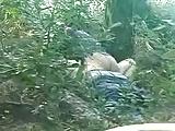 Flagra de casal dando uma trepadinha gostosa no mato