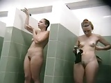 Lésbica filma suas amigas peladas no banheiro feminino