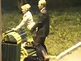 Casal flagrado transando no banco da praça