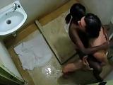Patrão fodeu a empregadinha negra dentro do banheiro