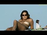 Flagra real de morena pagando peitinho na praia
