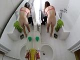 Espiando a irmã gostosa peladinha no banheiro