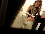Câmera escondida no banheiro flagra loira mijando