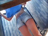 Flagra HD com ninfetinha trocando roupa na praia