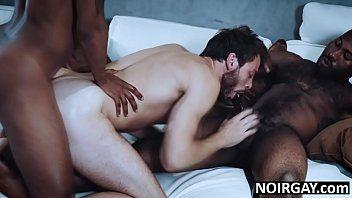 Orgia com gay dando pra negões dotados